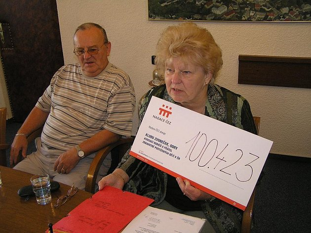 Klára Galetková se šekem od Nadace ČEZ.