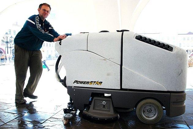 Nový přístroj, který zakoupila radnice v Novém Jičíně, vyjel v úterý 21. dubna poprvé čistit podloubí místního Masarykova náměstí.