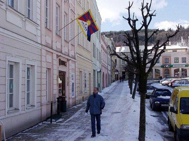 V Odrách na radnici zavlaje vlajka Tibetu popáté. K akci Vlajka pro Tibet se letos na Novojíčínsku přihlásilo pět měst a obec Trojanovice.