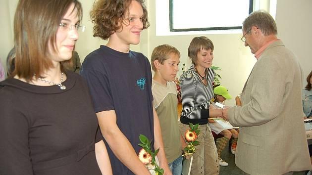 Miroslav Klimoš (druhý zleva) - jeden z oceněných studentů.
