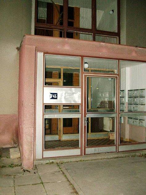Dům ve Studénce, ve kterém se v listopadu 2006 odehrálo drama. Padesátiletý zástupce společnosti providen Finnacial se jen silou vůle ubránil vražednému útoku mladých pachatelů.