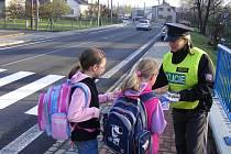 Policisté zkoušeli děti z pravidel při přecházení přes příslovečnou zebru. Největší problémy měly s rozhlížením přes cestu