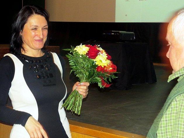 Radka Krištofová, nová starostka Fulneku, přijímá gratulace.