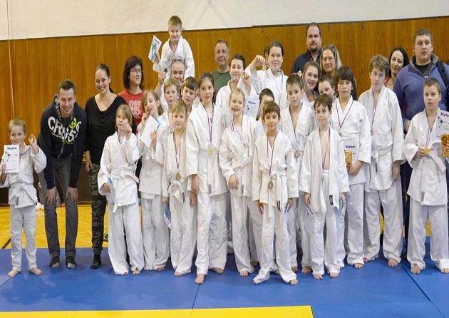 Členové Juda Nový Jičín na svém prvním turnaji v doprovodu rodičů. V zadní řadě uprostřed je pak trenér Stanislav Brídzik.