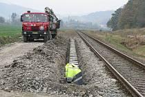 Čilý ruch panoval také o víkendu u nechráněného železničního přejezdu v Loučkách, místní části Oder. Zanedlouho by tam měla stát nová železniční zastávka.