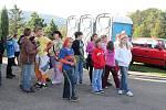 Stovky školáků zamířily ve čtvrtek 4. října na skládku v Životicích Nového Jičína při dnu otevřených dveří, který byl spojen s propagací třídění odpadu do barevných tašek.