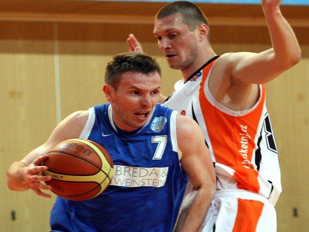 SLOVÁK Marek Štec (na archivnímsnímku ještěv modrém v dresu Opavy v souboji s novojičínským Šarovičem) oblékl po letech opět dres Nového Jičína.