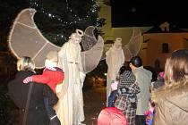 Nebeskou návštěvu hostilo o druhé adventní neděli Slezské náměstí v Bílovci.