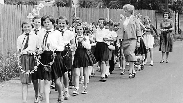 Prvomájové průvody patřily ke koloritu minulé doby. Děti ale většinou bavily.