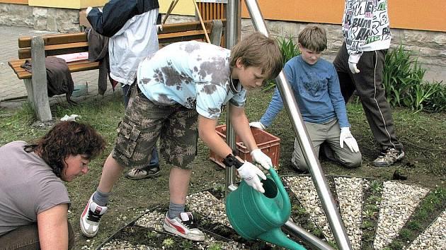 Unikátní květinové sluneční hodiny vystavěli žáci, jejich rodiče, dobrovolníci a zaměstnanci školy v Základní škole Kopřivnice-Lubina.