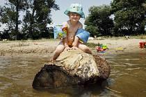 Zhoršený stav vody v některých vodních nádržích na Novojičínsku může způsobovat zdravotní problémy například malým dětem. Ilustrační foto.
