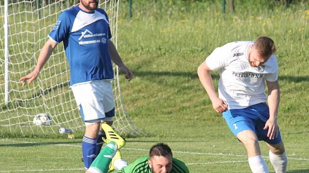 Martin Černoch  (v modrém) řídil veřovické vítězství v Odrách.