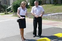 Slavnostního přestřižení pásky revitalizované části novojičínského sídliště Loučka se chopil starosta města Ivan Týle společně s jednatelkou firmy Demstav Group Renatou Krejčí.