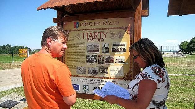 Manželé Šindelovi s překvapením hleděli na obrázek hartecké hospody, která kdysi patřila otci Zdenka Šindela.