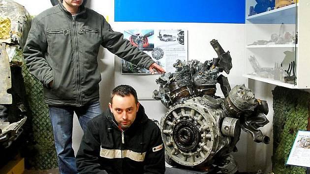 Petr Bartošík (vlevo), společně s dalším historickým nadšencem Kamilem Kašparem, pózují u znovuobjeveného motoru Pratt & Whitney R183043A z palačovského bombardéru, který byl veřejnosti představen teprve nedávno.