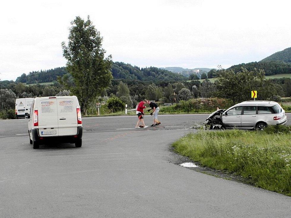 Na silnici I/58 mezi Lubinou a Vlčovicemi v úterý před polednem se zde na jedné z křižovatek srazilo nákladní auto s osobním.