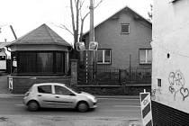 Dům číslo 407 (vpravo) v Odrách komplikuje výjezd z Mendelovy ulice na Hranickou ulici. Před několika dny začala jeho demolice.