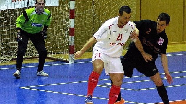Zleva brankář Jistebníku Petr Krayzel, Radek Mikan z Chrudimi a jistebnický Tomáš Kratochvíl v utkání 1. futsalové ligy.