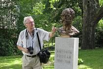 Busta Antonína Dvořáka stojí od soboty v parčíku za novojičínským Beskydským divadlem.