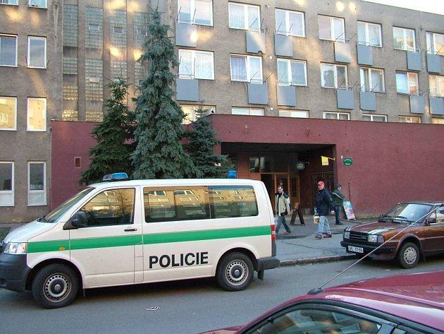 tomto domě na Dvořákově ulici se letos 5. března oběsil nájemník, který se měl vystěhovat. Provaz uvázal na balkonovou konstrukci a přehodil přes balkonové dveře.