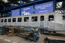 """Motorový vůz M 290.0 označovaný též podle spoje, na němž jezdil, také jako """"Slovenská strela"""", při generální rekonstrukci v hranických dílnách společnosti Českomoravská železniční opravna."""
