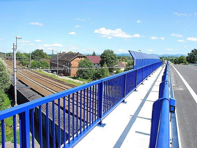 V pátek 24. července se ve Studénce večer otevřel nový most přes železniční koridor. Ještě v pátek odpoledne se uprostřed silnice procházeli chodci a cyklisté, o pár hodin později byl otevřen i pro motoristy.