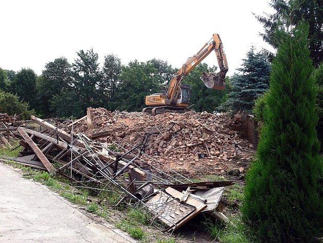 Demolice po povodních v Kuníně srovnaly se zemí čtrnáct objektů.