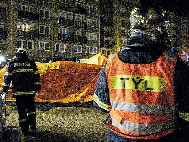 """Profesionální i dobrovolné hasičské jednotky se podrobily taktickému cvičení v jednom z panelových domů na sídlišti v Loučce, ve kterém vypukl """"požár"""" elektroinstalace."""