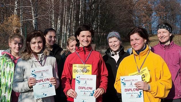 Pořadatelům se první ročník běžeckého závodu vydařil. Na snímku jsou v popředí  tři nejlepší běžkyně z ženské kategorie.