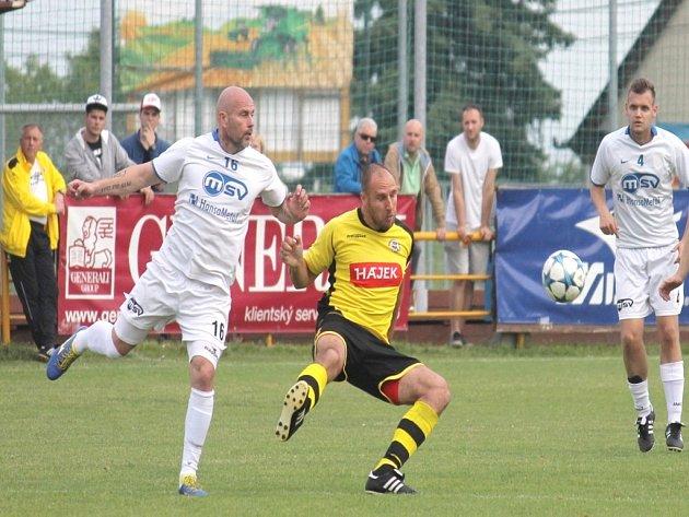 Bílovečtí fotbalisté (zlevav bílém Petr Moučka a Tomáš Malina)zvítězili podruhé za sebou.
