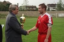 Kapitán Nového Jičína Lukáš Bajer přebral z rukou zástupců OFS Nový Jičín pohár za vítězství i v loňském roce.