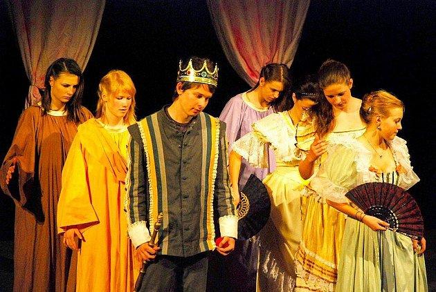 Kopřivnice je divadelním přehlídkám zaslíbená. Jednou z nich je například Bedna, určená zejména pro mladé herecké naděje.