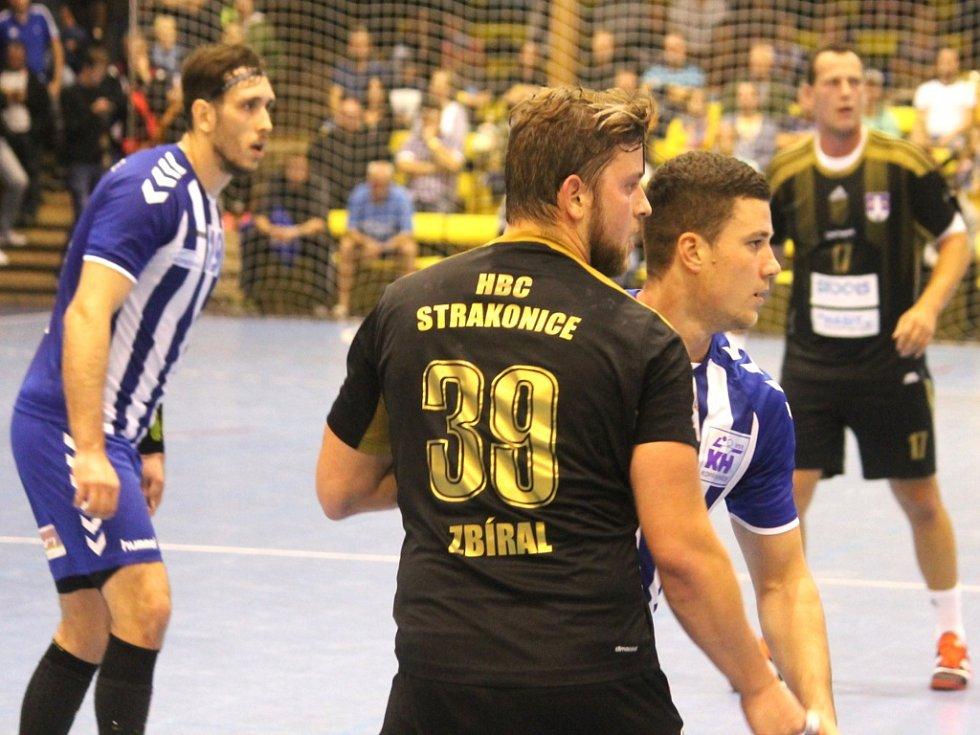 Házenkáři Kopřivnice (zleva v modro-bílém Hardt a Švébiš) remizovali ve Strakonicích a připsali si již čtvrtý nerozhodný výsledek v letošním extraligovém ročníku.