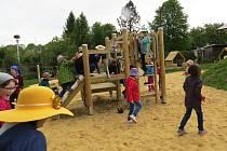 Zahrada Základní školy a mateřské školy v Hladkých Životicích je po rozsáhlé rekonstrukci.