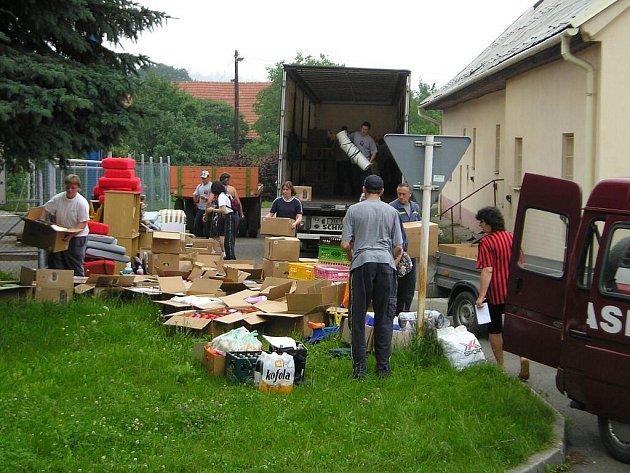 Hasiči vykládají humanitární pomoc, ktreou přivezli do Bludovic, místní části Nového Jičína.