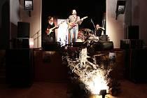 Skupina Café Industrial byla jedním z vystupujícíh na festivalu Kořeny.