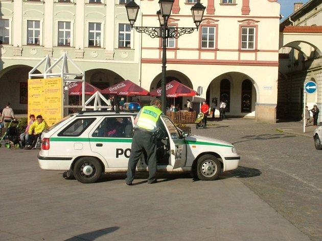 Opilec s plynovou pistolí skončil v policejním voze.
