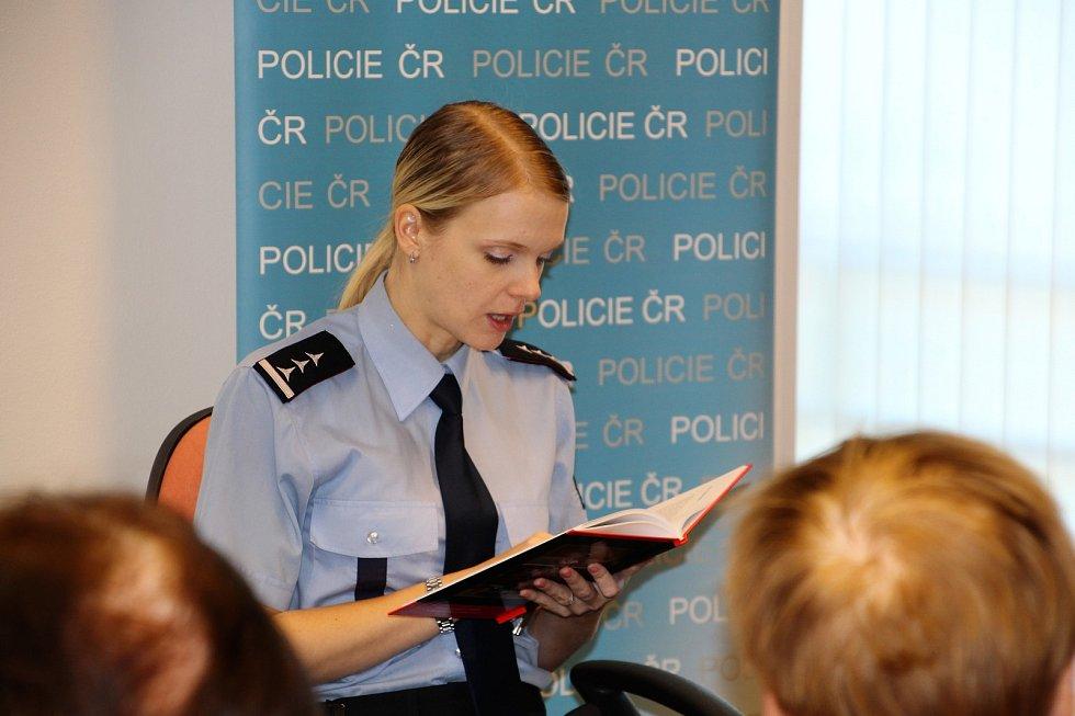Preventivní akce. Policisté z seniorům četli z knihy Černá kronika aneb ze soudních síní, kterou v roce 2016 vydalo Krajské ředitelství policie Moravskoslezského kraje.
