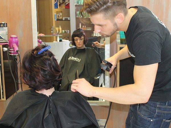 Pro závěrečnou úpravu vlasů zvolil kadeřník David napařovací vlasovou žehličku Steam Pod. Tuto novou službu nyní nabízí salony L´oreal. Pára hydratuje vlas a ten pak není vysušený jako uklasické žehličky.