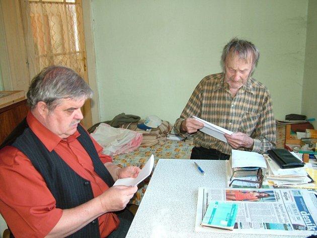 Ladislav Bartoň (vlevo) se starostou obce Veřovice, Břetislavem Piterákem, při podepisování smlouvy.