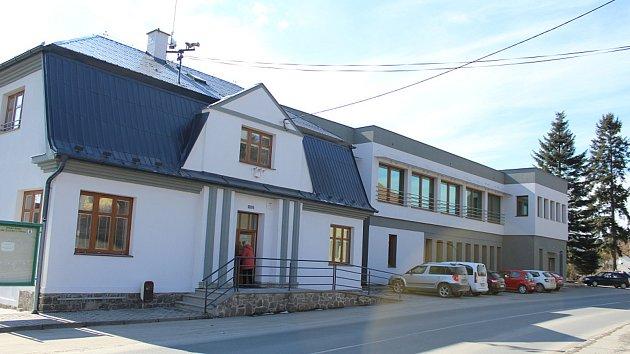 Široká veřejnost si ve čtvrtek 22. března až do večera mohla přijít prohlédnout budovu Úřadu městyse Suchdol nad Odrou po zhruba roční rekonstrukci.