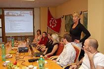 Starostka Bílovce Sylva Kováčiková (stojící) přivítala na radnici účastníky vědecké konference na téma Veřejná ekonomika a správa.