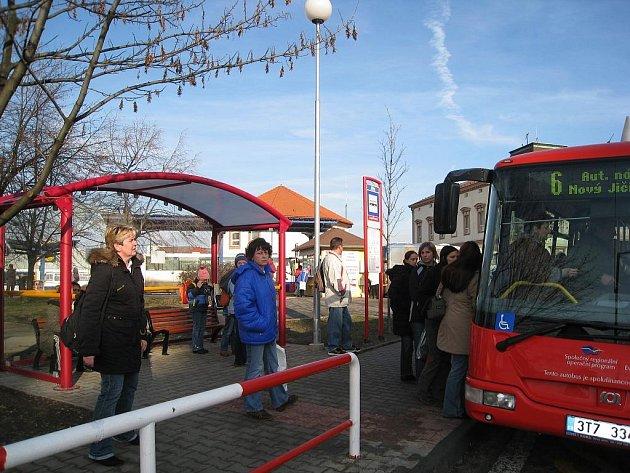 Autobusová zástavka v Novém Jičíně. Ilustrační foto.