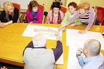 Obyvatelé sídliště Radotín v Bílovci diskutují s projektantem o chystané nové podobě jejich bydliště.