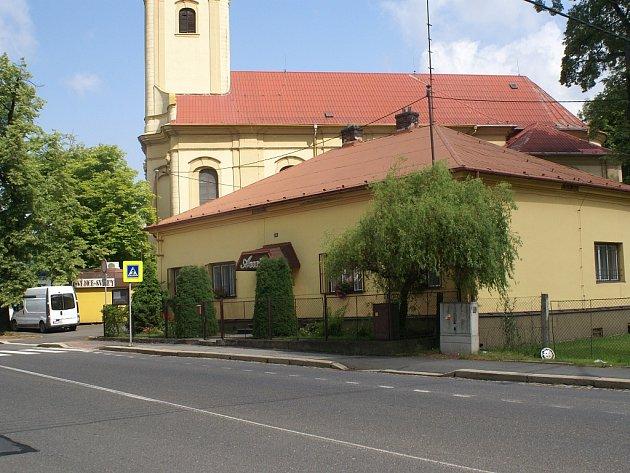 Do fary ve Slezské Ostravě (domek vpravo) se v květnu 1887 vloupal vrah Antonín Schimek a postřelil kněze Jana Bittu.