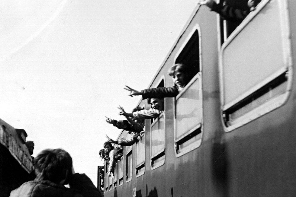 Victoria! Krátce před odjezdem první soupravy naložené sovětskou technikou vjel na frenštátské vlakové nádraží vlak od Veřovic. Reakce cestujících byly velmi spontánní.