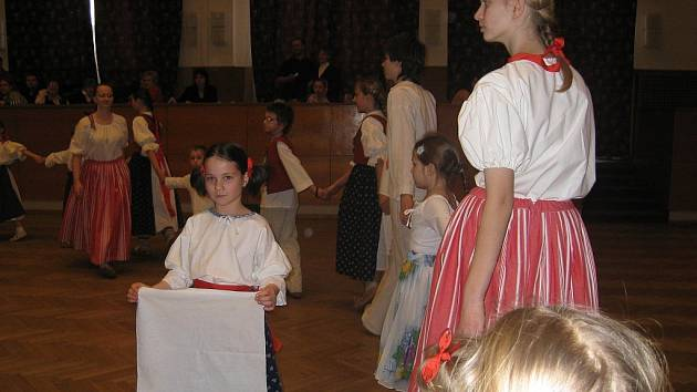Šátečkový tanec byl jedním ze zpestření dětského Valašského bálu ve Frenštátě pod Radhoštěm.