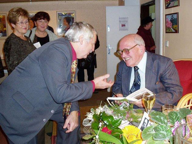 Na prezentaci nové kniihy Libora Knězka (vpravo) nechyběl ani ředitel frenštátského Domova důchodců Jaroslav Šula.