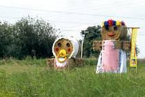 Vskutku originální poutače hlídají v současné době území obce Závišice. Tam se příští víkend uskuteční další ročník velmi oblíbených Dožínek.