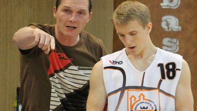 Trenér novojičínských basketbalistů Martin Zdražil (vlevo) by s týmem v poháru rád vyřadil pardubickou Teslu a doma pak vyzval účastníka nejvyšší soutěže ze Svitav. Vedle něj je pak talentovaný rozehrávač Zdeněk Jakubu.